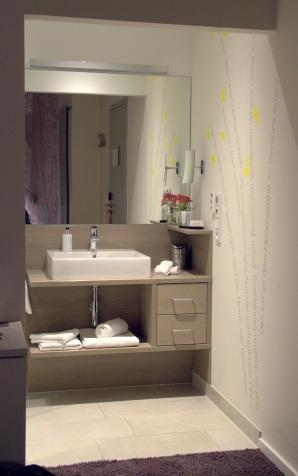 Blick vom Zimmer ins Bad