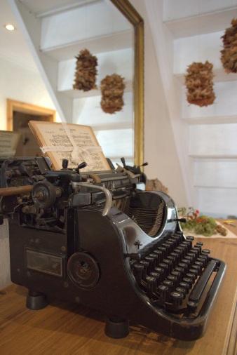 Schreibmaschine Esszimmerschrank