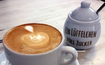 Cappuccino und Zuckerdose