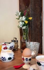 frische Blumen Frühstückstisch
