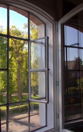 offenes Zimmerfenster