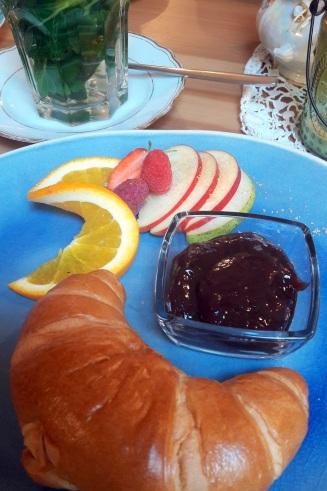 Croissant und Plaumenmuß