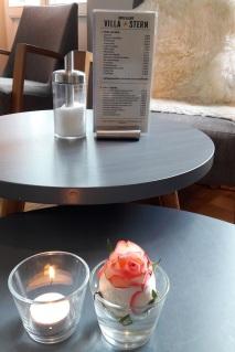 frische Blumen auf dem Tisch