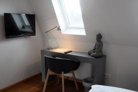 Schreibtisch und Wand-TV