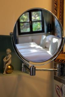 Bett im Kosmetikspiegel