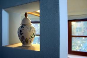 Vase in Wandausbuchtung