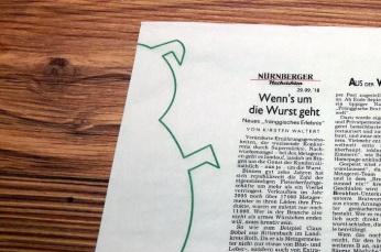 Serviette mit Zeitungsartikel