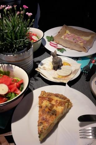 Lachs-Quiche und Salat