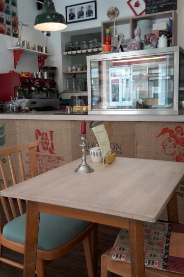 Tisch vor Kuchentheke