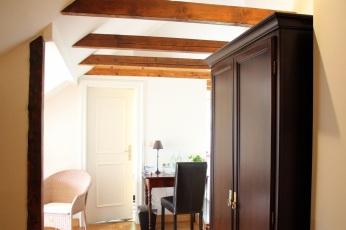 Badezimmertür und Schreibtisch