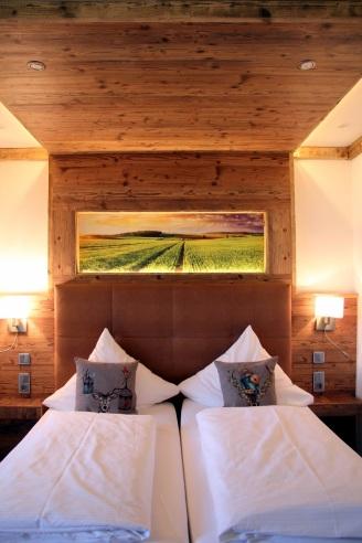 Bett mit Holzrückwand