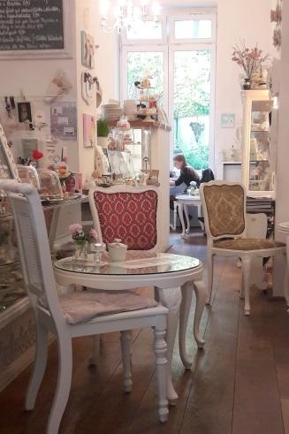 Cafetisch vor Theke