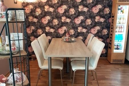 Mustertapete und Cafetisch